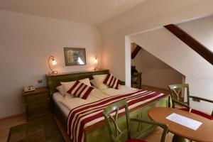 Кровать или кровати в номере Sant Georg Garni