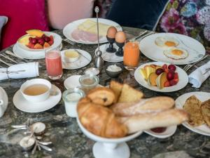Breakfast options available to guests at Yndo Hôtel