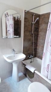 A bathroom at The Boliqueime Inn