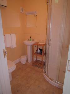 A bathroom at Black Bull Hotel