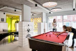 Een biljarttafel in The Student Hotel The Hague