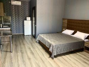 Кровать или кровати в номере Рафаэль Гостевой дом
