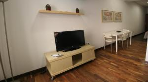 A television and/or entertainment center at Hostal Jentoft