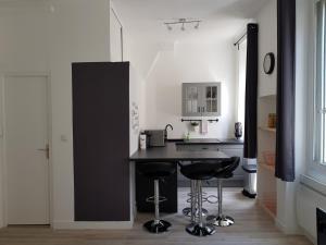 A kitchen or kitchenette at Happy T1 tout équipé - confort - Vieux Port