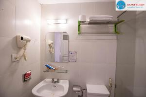 Ein Badezimmer in der Unterkunft Hanoi Buddy Inn & Travel