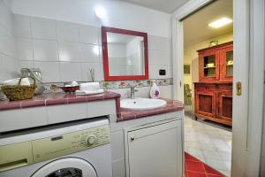 A bathroom at Localita Renella Apartment Sleeps 4 Air Con WiFi