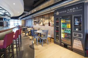 A restaurant or other place to eat at Holiday Inn Express - Le Havre Centre