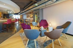 The lounge or bar area at Holiday Inn Express - Le Havre Centre