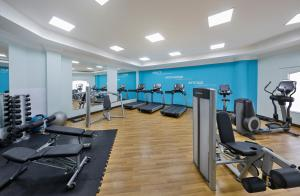 The fitness centre and/or fitness facilities at Courtyard by Marriott Dubai, Green Community