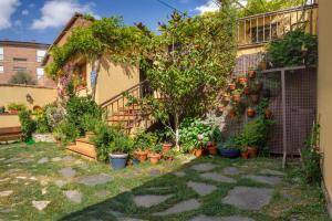 A garden outside ALBERGUE SAN SATURNINO