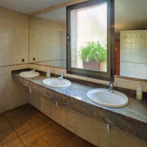 A bathroom at ALBERGUE SAN SATURNINO