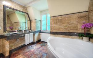 A bathroom at Häcker´s Grand Hotel