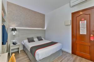 A bed or beds in a room at Hostal Soler