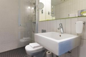 A bathroom at Quality Hotel Waterfront