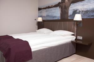 A bed or beds in a room at Quality Hotel Waterfront