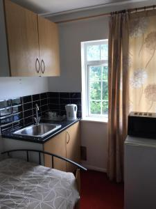 A kitchen or kitchenette at VERY CHEAP ROOMS ideal for Budget Travellers