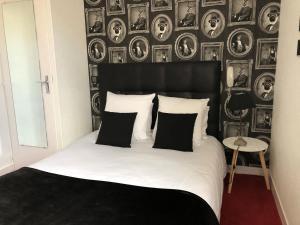 Un ou plusieurs lits dans un hébergement de l'établissement Hotel Reine Mathilde