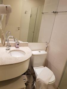 A bathroom at Flat aconchegante no SHN