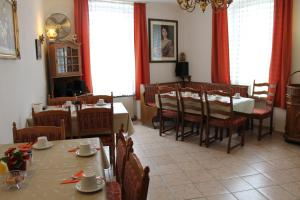 A restaurant or other place to eat at Pension Locarno