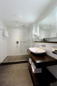 A bathroom at Van der Valk Hotel Volendam