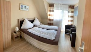 A bed or beds in a room at zum weißen Ross
