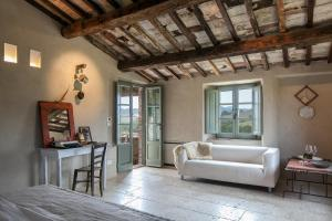 A seating area at Follonico 4-Suite B&B