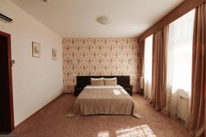 Кровать или кровати в номере Кросс Мотель