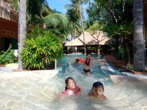 Der Swimmingpool an oder in der Nähe von MiNhon Hotel Muine