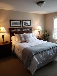 A bed or beds in a room at Unit 303 Two-Bedroom Condo