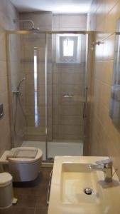 A bathroom at Homer's Inn Hotel