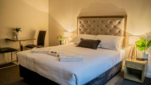 A bed or beds in a room at Manjimup Gateway Hotel