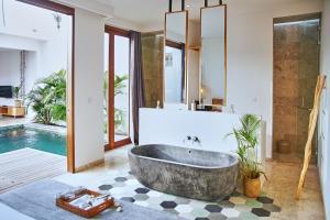 A bathroom at Kumbara Villas