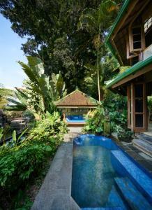 المسبح في Tirtagangga Water Palace Villas أو بالجوار