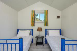 A bed or beds in a room at Glen Villa Resort