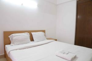 A bed or beds in a room at Indregal Infopark Kakkanad Corporate Suit Rooms