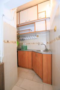 A kitchen or kitchenette at Green Peppers Apartment