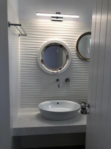 A bathroom at Villa Gambas Beach Studios