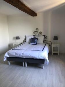 A bed or beds in a room at La Bastide des Anges