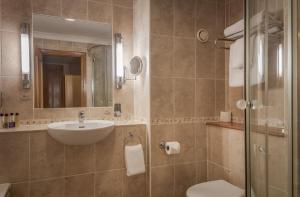 A bathroom at The Hampshire Court Hotel - QHotels