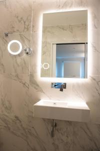 A bathroom at NOX HOTELS - West Hampstead