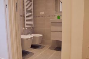 A bathroom at Ideale per famiglie e piccoli gruppi + WiFi + Garage