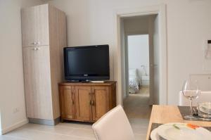 A television and/or entertainment centre at Ideale per famiglie e piccoli gruppi + WiFi + Garage