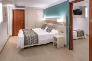 Een bed of bedden in een kamer bij 4R Miramar Calafell