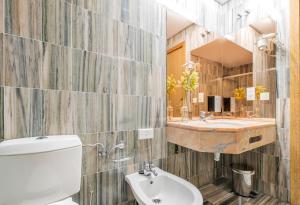 A bathroom at La Casa del Patrón