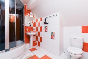 A bathroom at Avenu Hotel