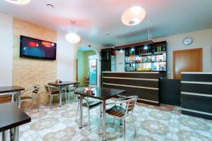 The lounge or bar area at Avenu Hotel