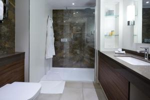 A bathroom at Sir Christopher Wren Hotel