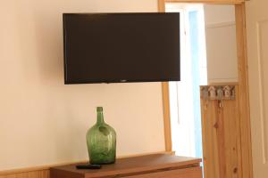A television and/or entertainment center at Olive3 Ericeira Hostel