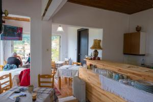 A restaurant or other place to eat at Arhontiko Vourloka