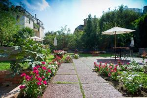 A garden outside Hotel Fiera Congressi